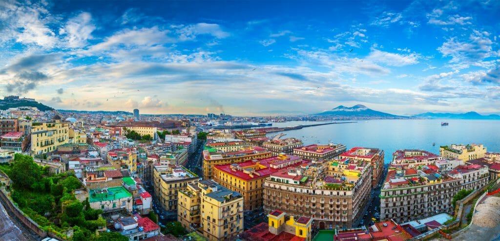 Αυτή η εικόνα δεν έχει ιδιότητα alt. Το όνομα του αρχείου είναι Canva-Panorama-of-Naples-view-of-the-port-in-the-Gulf-of-Naples-and-Mount-Vesuvius.-The-province-of-Campania.-Italy.-1024x494-1.jpg